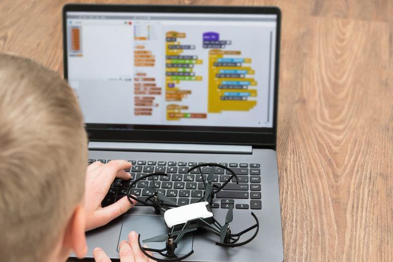 Grundschüler programmiert eine Drohne mit Scratch