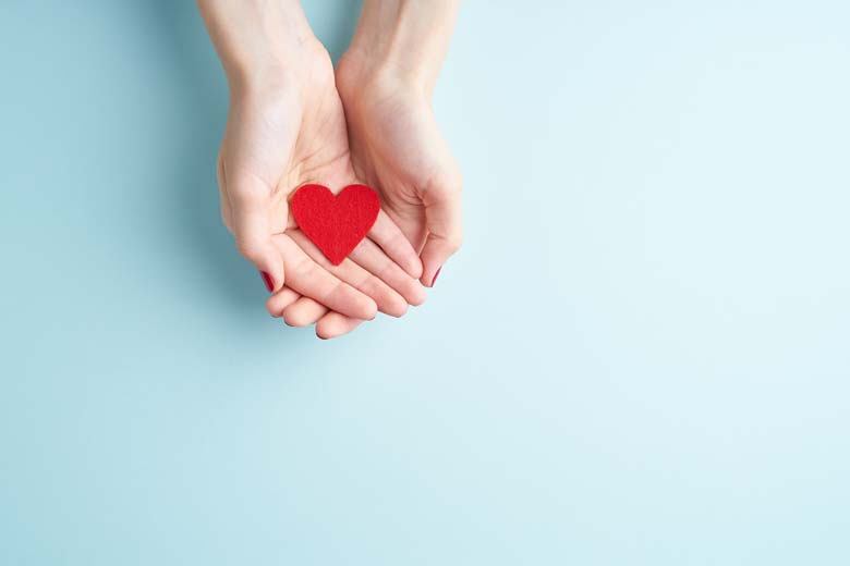 Zwei Hände mit einem Herz aus Filz