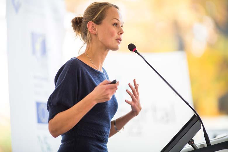 Head of HR hält eine Rede bei einem Kick-Off-Event für das Jahr 2020