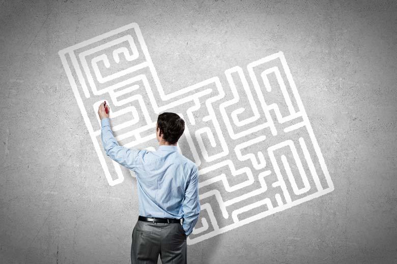 IT-Experte steht vor einem gezeichneten Labyrinth
