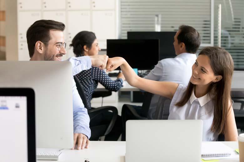 IT-Experten geben sich einen Fist Bump