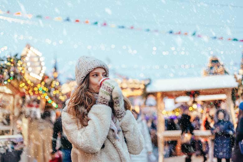 Junge Studentin auf dem Weihnachtsmarkt