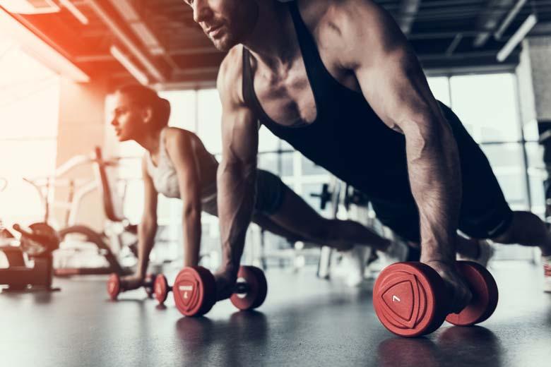 Mann und Frau trainieren im Fitnessstudio