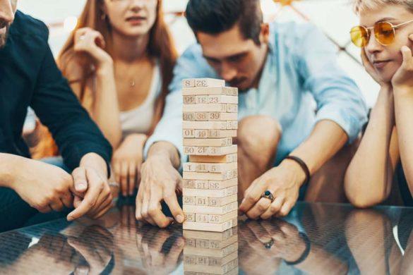 Partygesellschaft spielt eines der besten Gesellschaftsspiele auf einer WG-Party