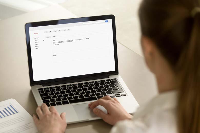 Werkstudentin schreibt eine Email