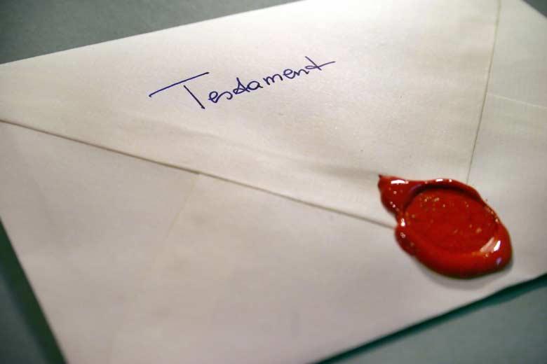 """Briefumschlag mit Wachssiegel und der Aufschrift """"Testament"""""""