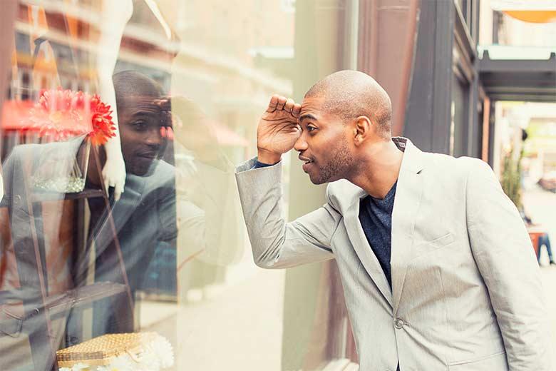 Ein Jobninteressent schaut durch ein Schaufenster