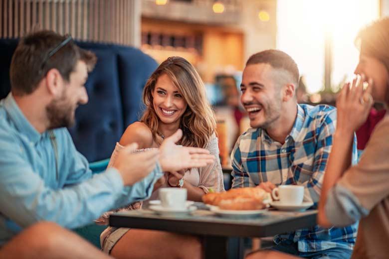 WG-Freunde beim gemeinsamen Cafebesuch