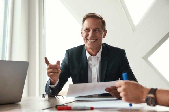 Geschäftsmann der mit professioneller Intelligenz seinen beruflichen Alltag beschreitet
