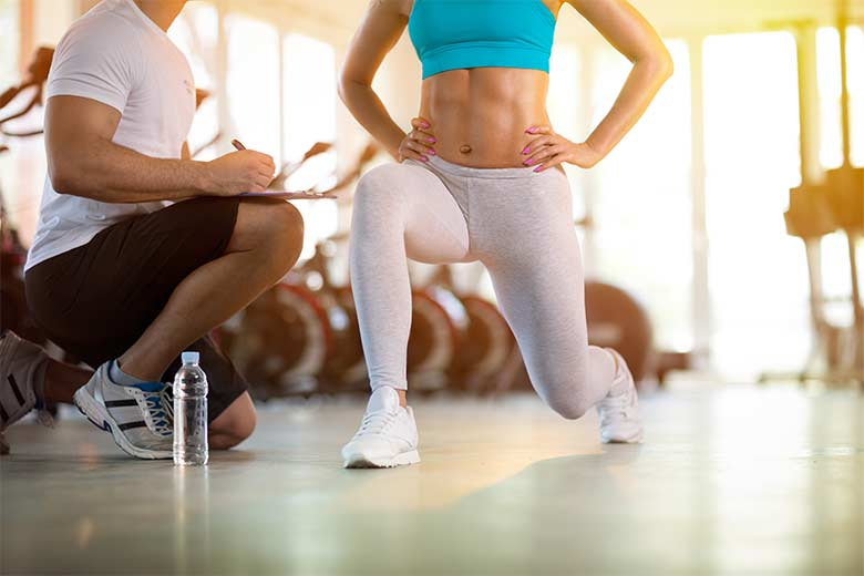 Junge Frau beim Sport im Fitnessstudio