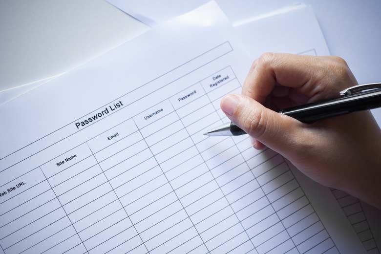 Nahaufnahme einer Passwortliste die gerade ausgefüllt wird