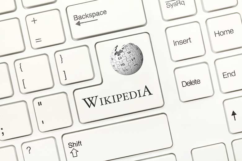 Nahaufnahme einer Tastatur mit Wikipedia-Taste