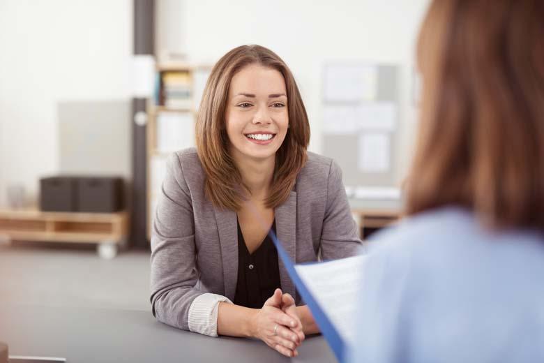 Junge Frau beim Vorstellungsgespräch nach einer Initiativbewerbung