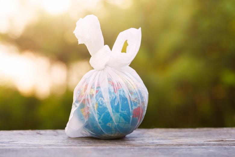 Erdball eingepackt in eine Plastiktüte