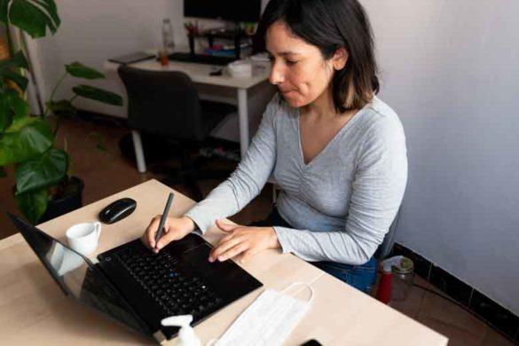 Frau arbeitet aufgrund von COVID19 von zuhause