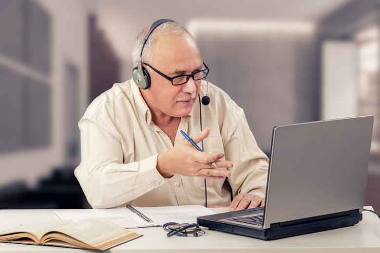 Professor hält Online Vorlesung während Corona Krise
