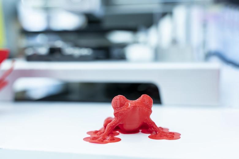Rote Froschfigur frisch aus dem 3D Drucker