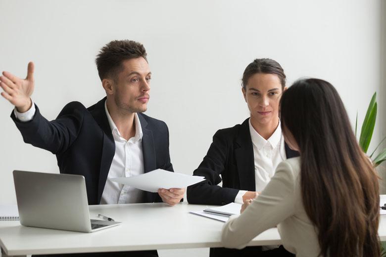 Schlechtes Bewerbermanagement eine unpassende Bewerberin wird unhöflich gebeten zu gehen
