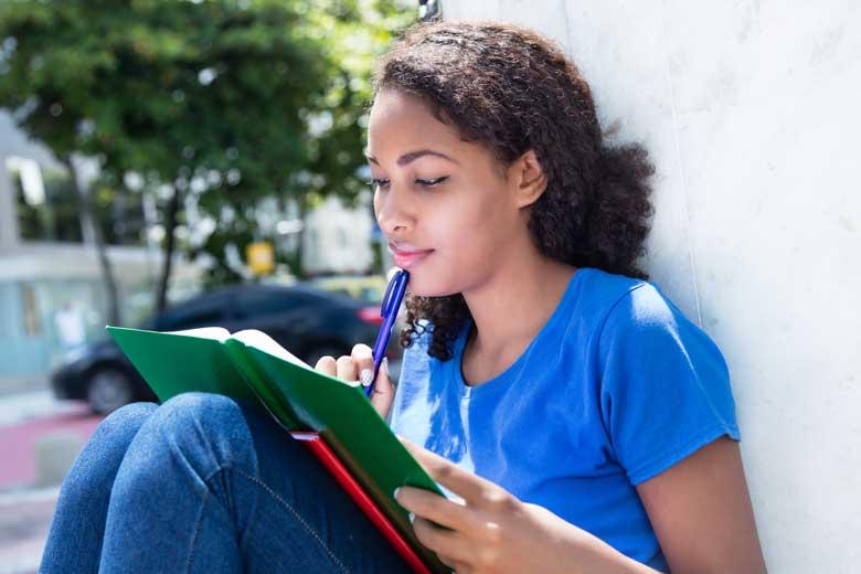 Studentin aus Südamerika beim Lernen