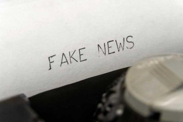 Der Begriff Fake News getippt auf einer Schreibmaschine
