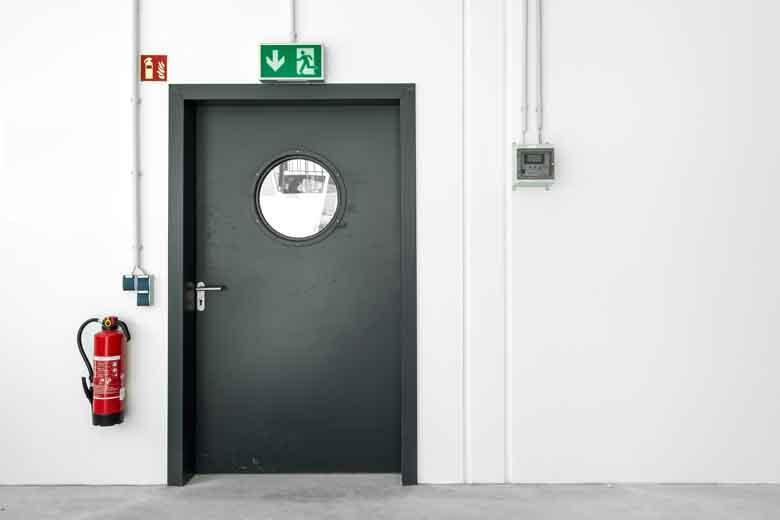 Eine Tür führt als Notausgang aus einem Gebäude