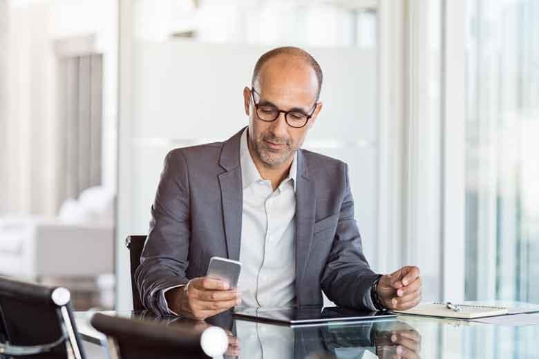 Führungskraft kommuniziert in der Krisenzeit digital mit seinen Mitarbeitern