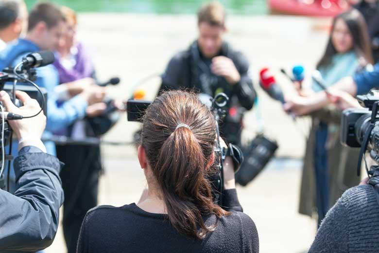 Mehrere Kamerateams interviewen einen Virologen