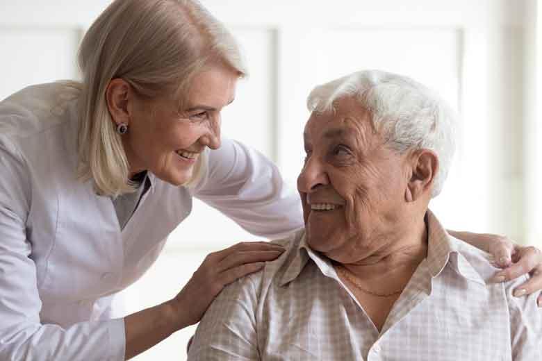 Patient im Krankenhaus ist zufrieden weil Ärztin sich um ihn kümmert