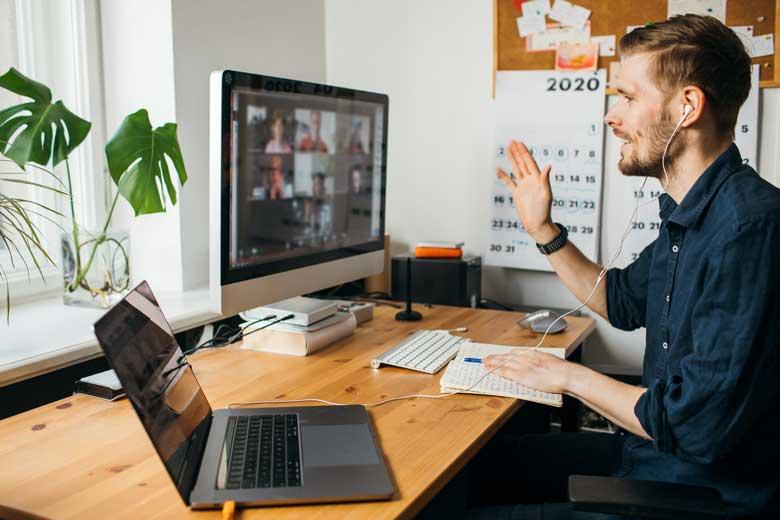Spectrum Mitarbeiter nutzt ein Team Collaboration Tool im Home Office