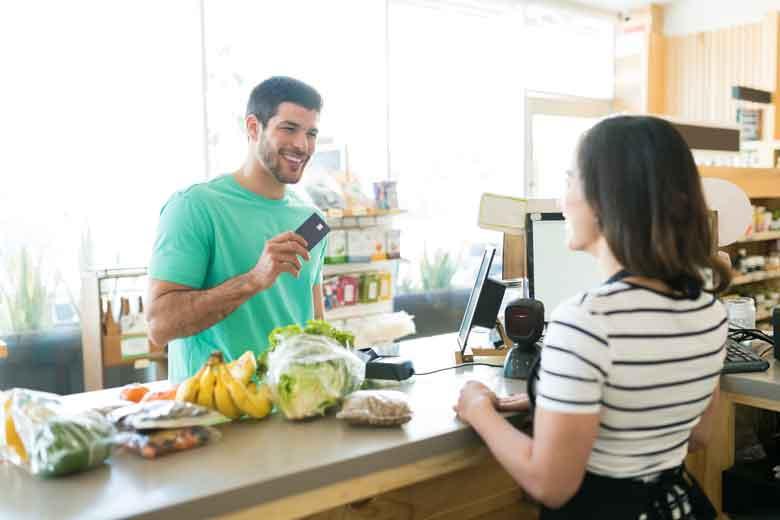 Studentin jobbt wegen Corona als Kassiererin im Supermarkt