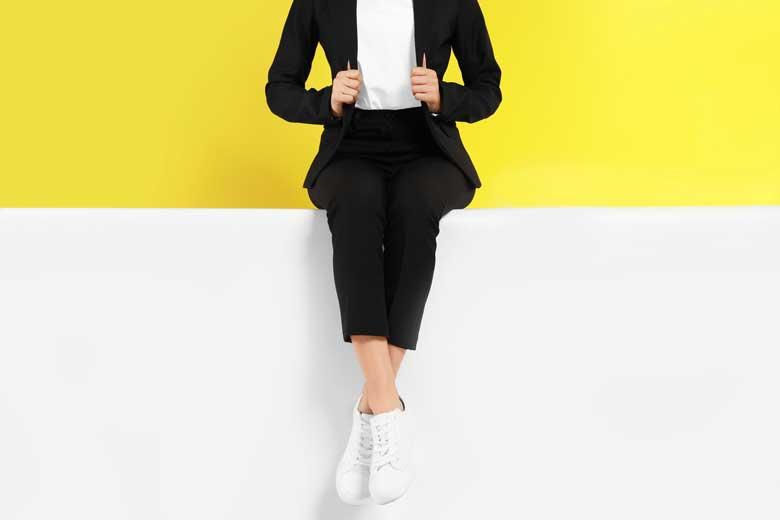 Junge Frau mit weißen Schuhen fürs Vorstellungsgespräch