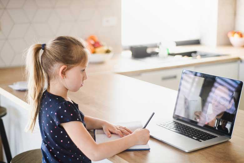 Junges Mädchen nimmt während der Corona Pandemie am Online Unterricht teil