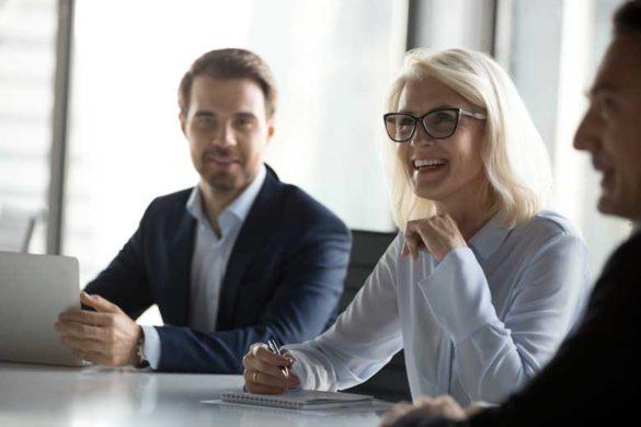 Langjährige Mitarbeiterin bei einem Business Meeting