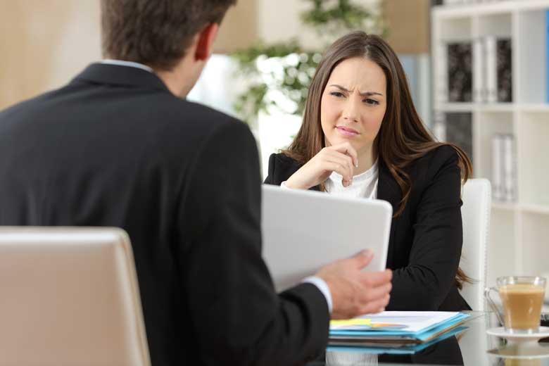 Mitarbeiterin schaut skeptisch einen neuen Arbeitsprozess an