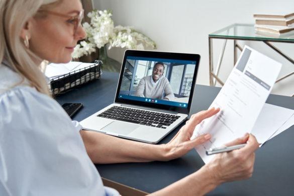 Bewerber im Videointerview mit HR Personalerin