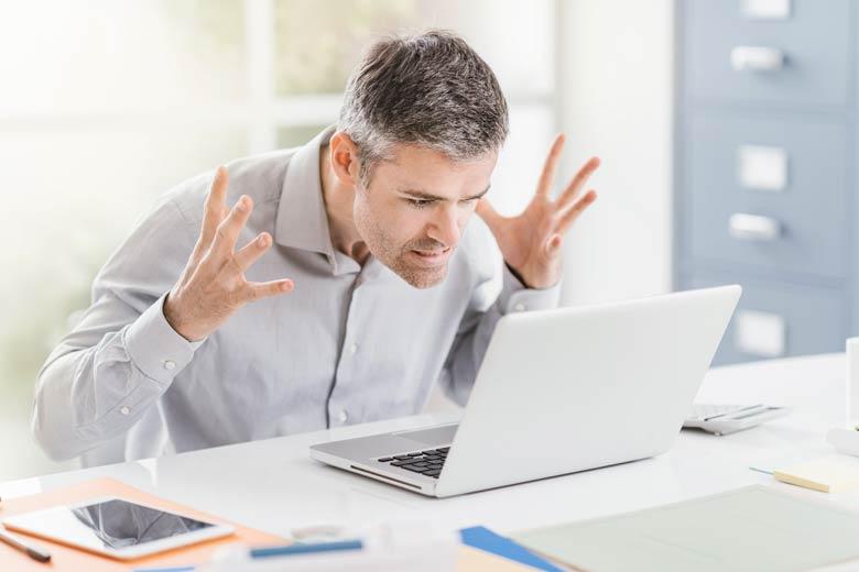 Mitarbeiter ärgert sich über Verbindungsprobleme beim Remote Recruiting