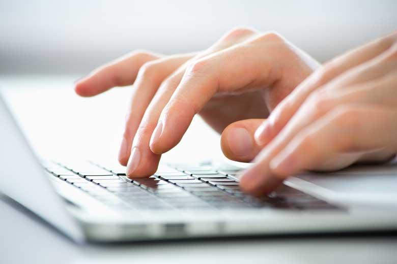 Nahaufnahme Hände auf Tastatur