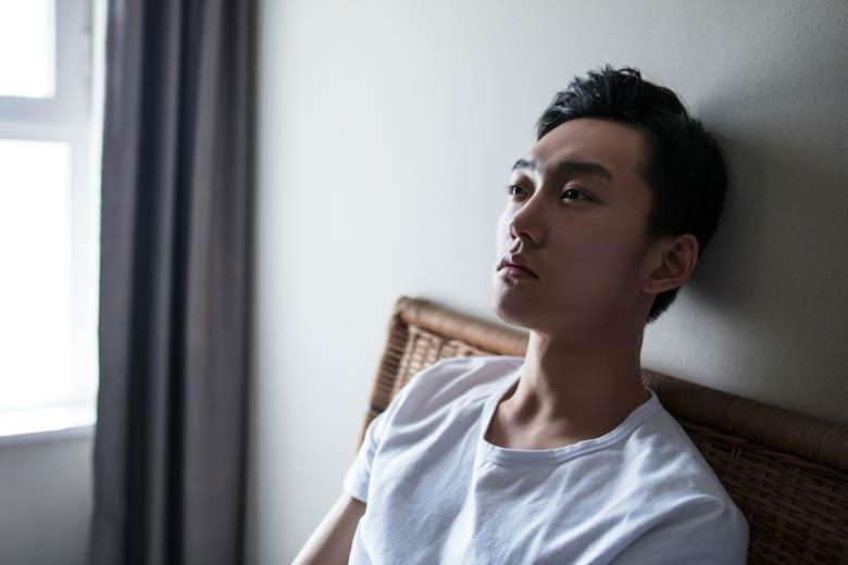 depressiver junger mann wegen strukturbruch