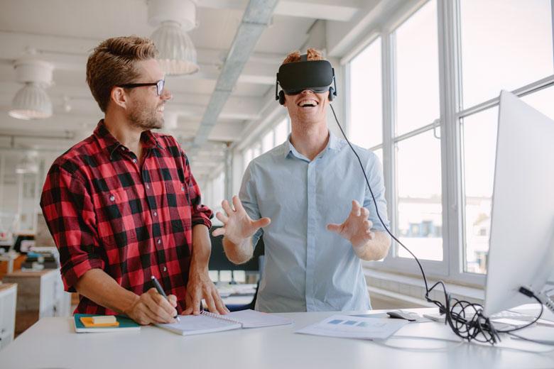 Arbeitskollegen testen die Möglichkeiten von VR