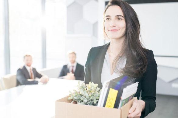 Junge Frau beim Jobwechsel in der Krise