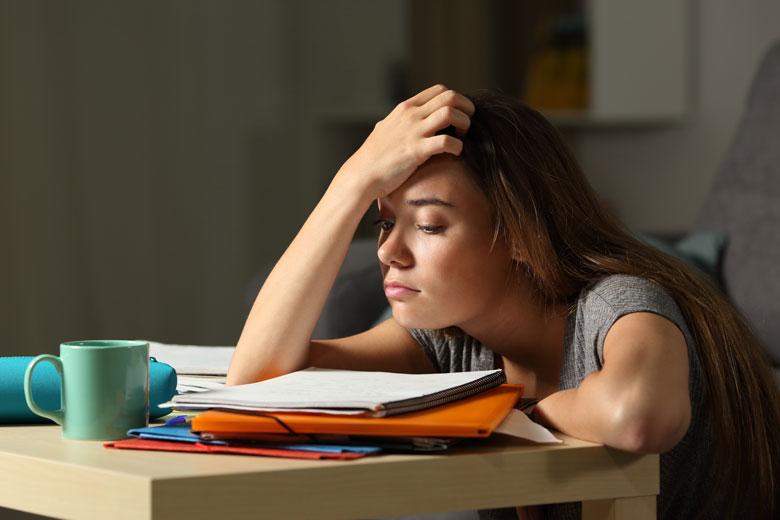 Junge Studentin denkt über Konfliktmanagement nach