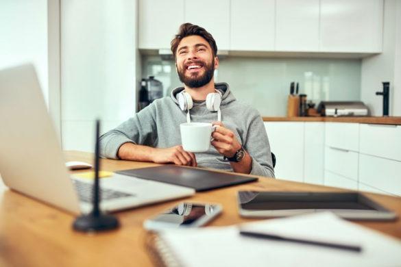 Junger Berufsanfänger ist glücklich über den Jobstart im Homeoffice