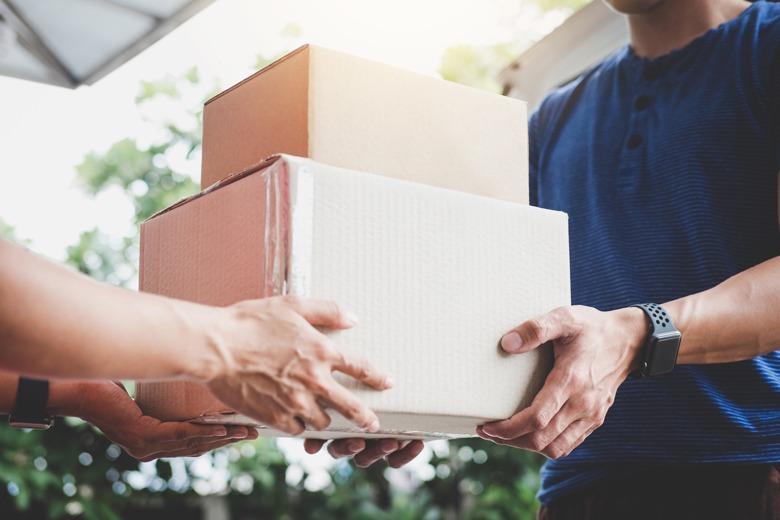 Paketlieferant übergibt Paket