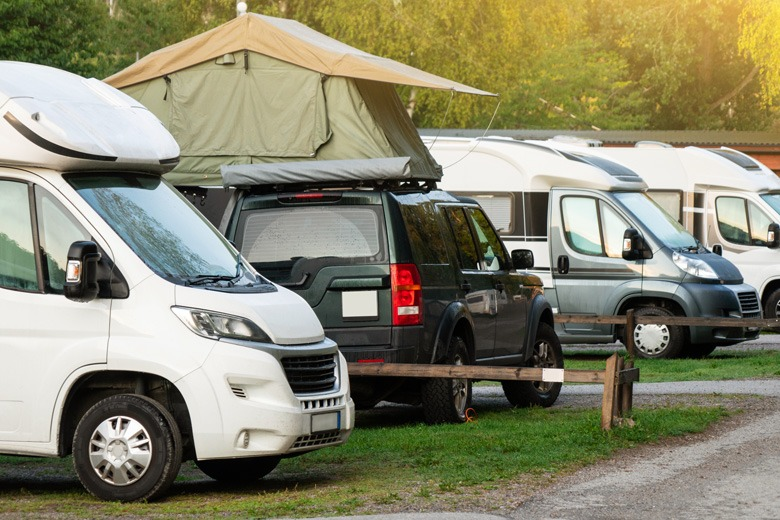 Wohnmobile auf einem Campingparkplatz