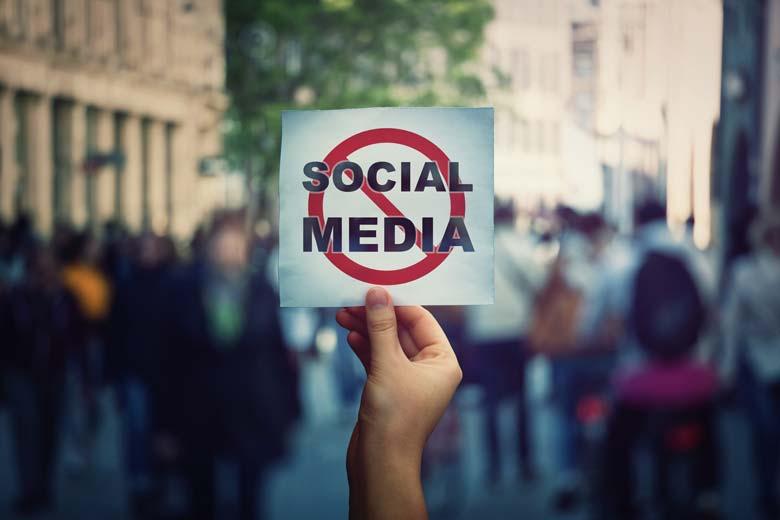 Anti Social Media Symbol wird in die Kamera gehalten