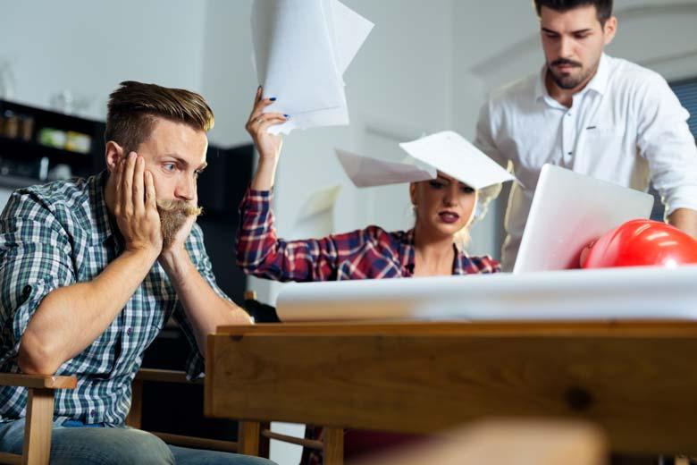 Ein Streit waehrend einer Gruppenarbeit im Studium