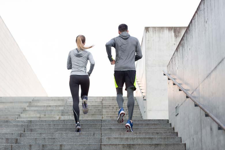 Eine Frau und ein Mann laufen gemeinsam Treppen
