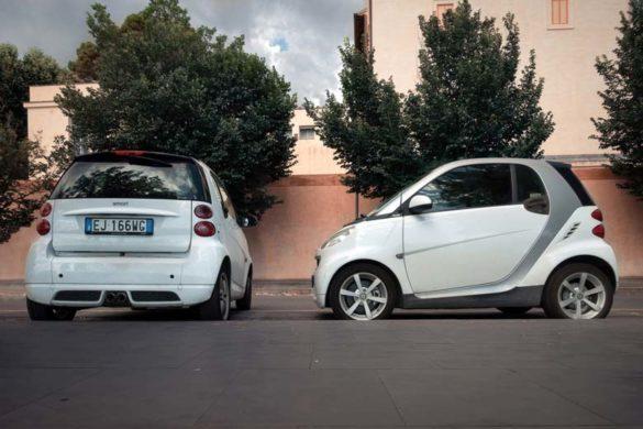 Zwei geparkte Smarts einer davon quer