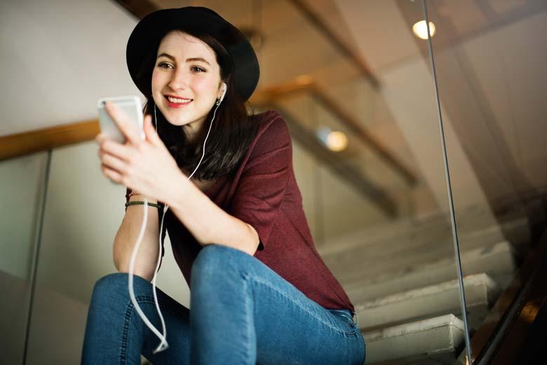 Junge Frau hört sich einen Podcast an.