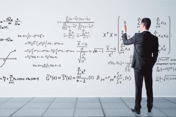 Mann in Anzug rechnet Raetsel der Mathematik an Whiteboard